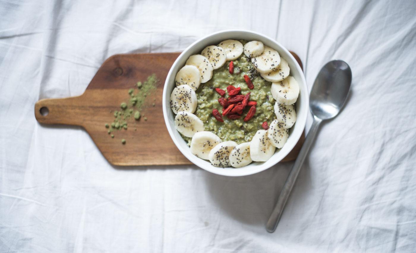 Vegan matcha porridge with coconut cream, goji berries and banana. A super-food breakfast-recipe that you will love for sure!