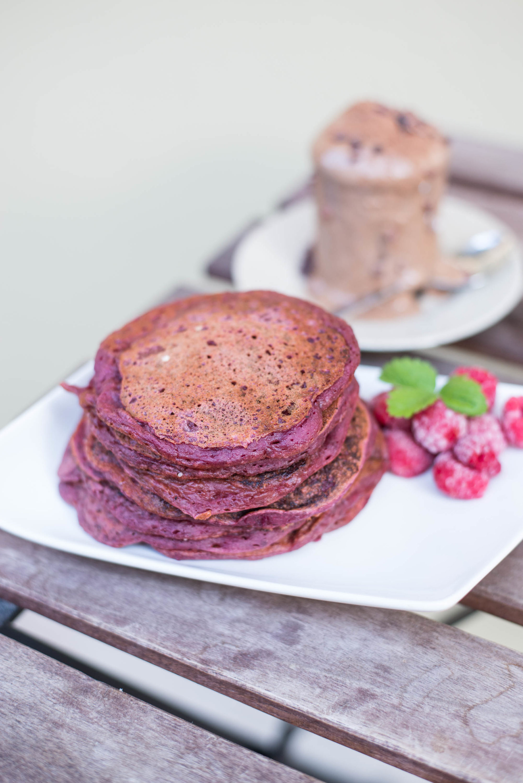 Rote Rüben Red Velvet Pancakes Pfannkuchen Himbeeren Ahornsirup Schokoladen Erdnuss Nicecream Eiscreme Eis Graz Steiermark Grazer Blogger Österreich