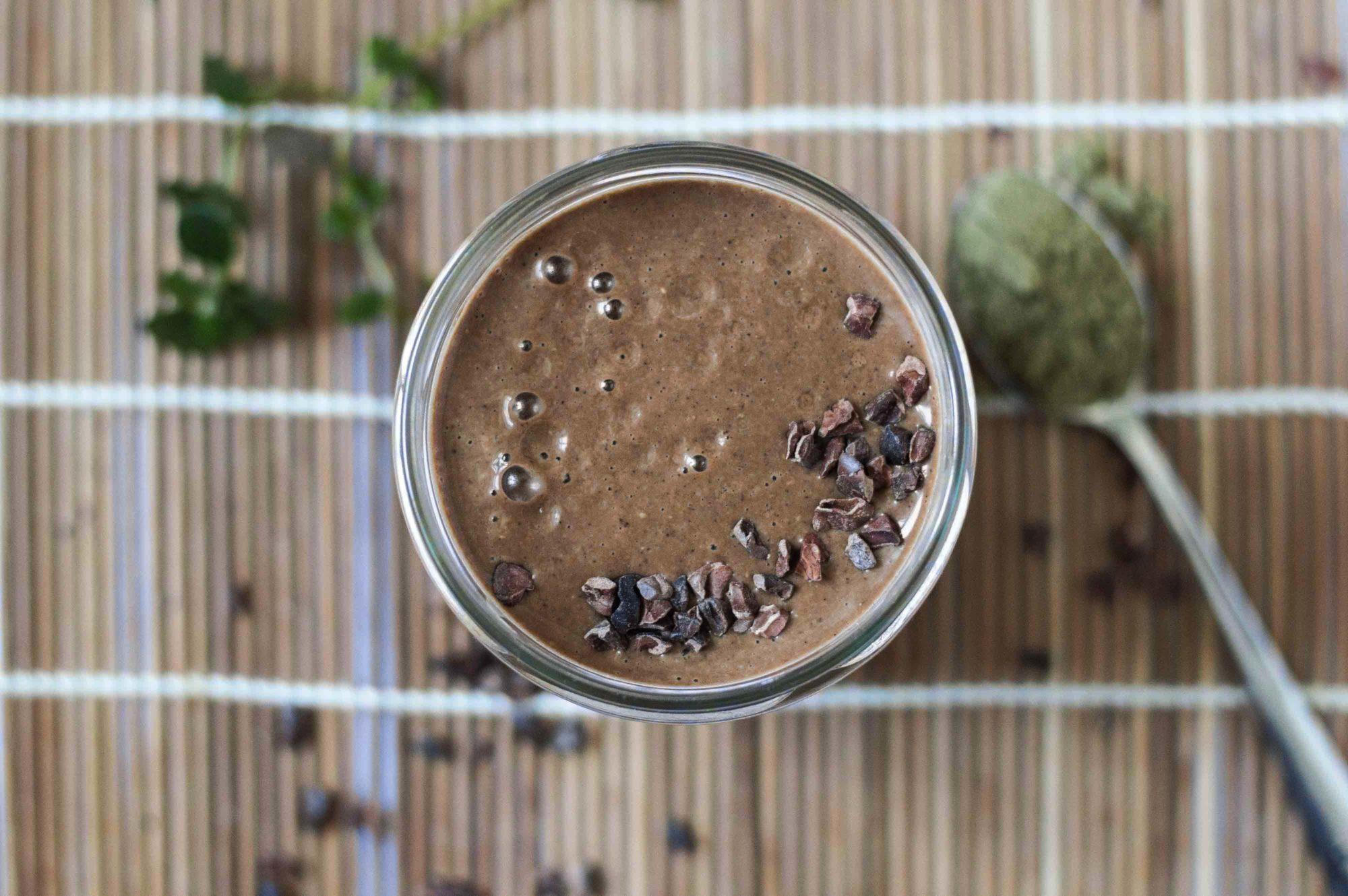 Veganer Superfood Schokoladen Smoothie Carob Hanf Kakao Carobpulver Hanfpulver Vegan Gluten-Frei Banane Erdnussbutter Sojamilch