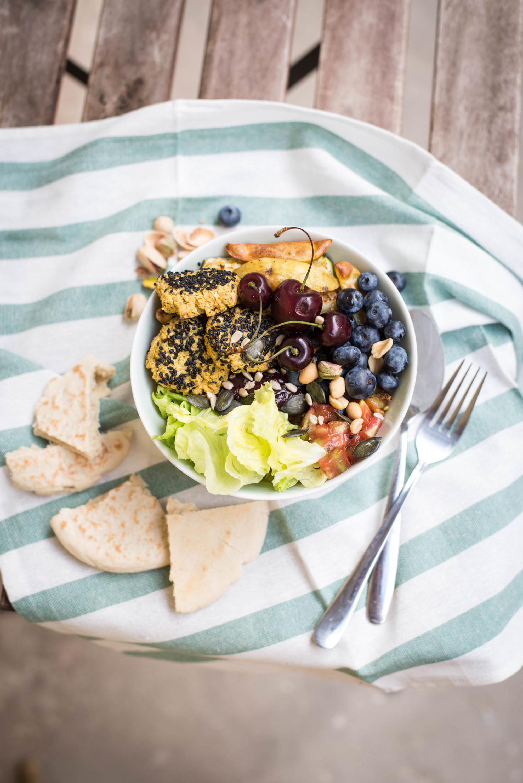 vegane Lunch Idee Buddha Bowl mit Salat, Ofengemüse, Chutney, Nüsse, Samen und Früchten