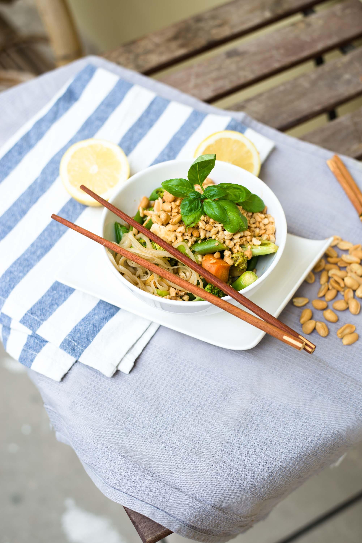 Veganes Pad Thai mit grünem Spargel, Karotten, Broccoli und Erdnuss. Glasnudeln