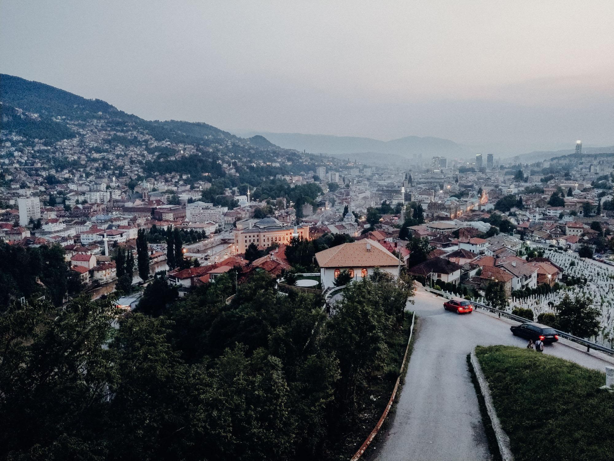 Blick von der gelben Bastion: Sarajevo bei Nacht in Bosnien und Herzegovina. Roadtrip Balkan