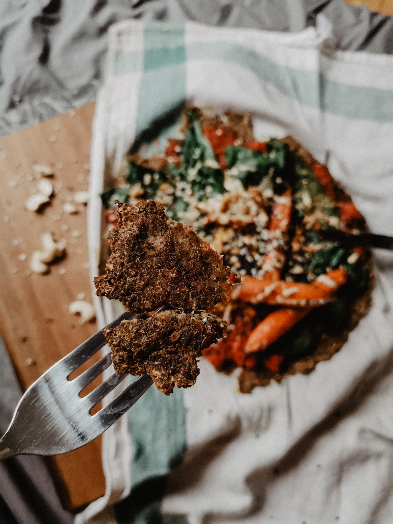 vegan glutenfrei low-carb Karfiolpizza Blumenkohlpizza Pizza Nussmus Kürbiskernprotein Kürbiskerne