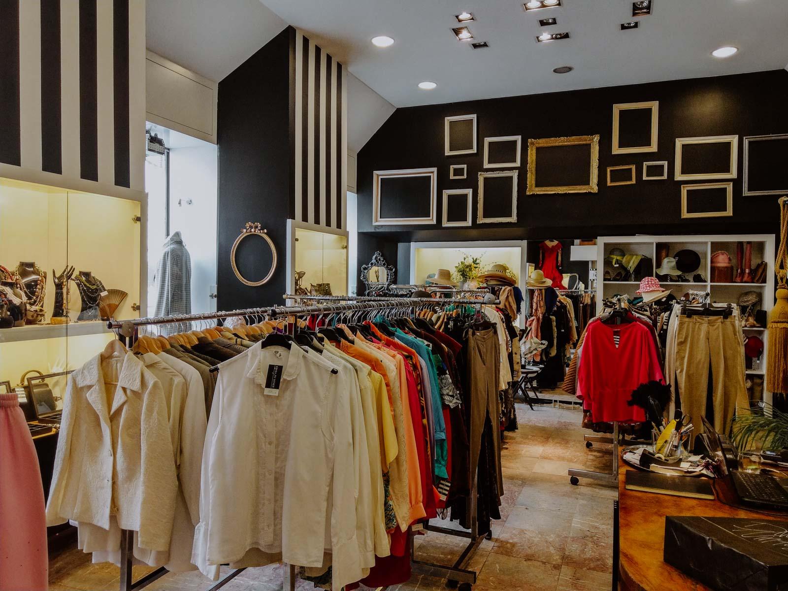 Der Blick über den Divas Vintage Store beim Betreten der Fläche. Second-Hand- und Vintagekleidung, Seidenblusen und Marken Jeans.