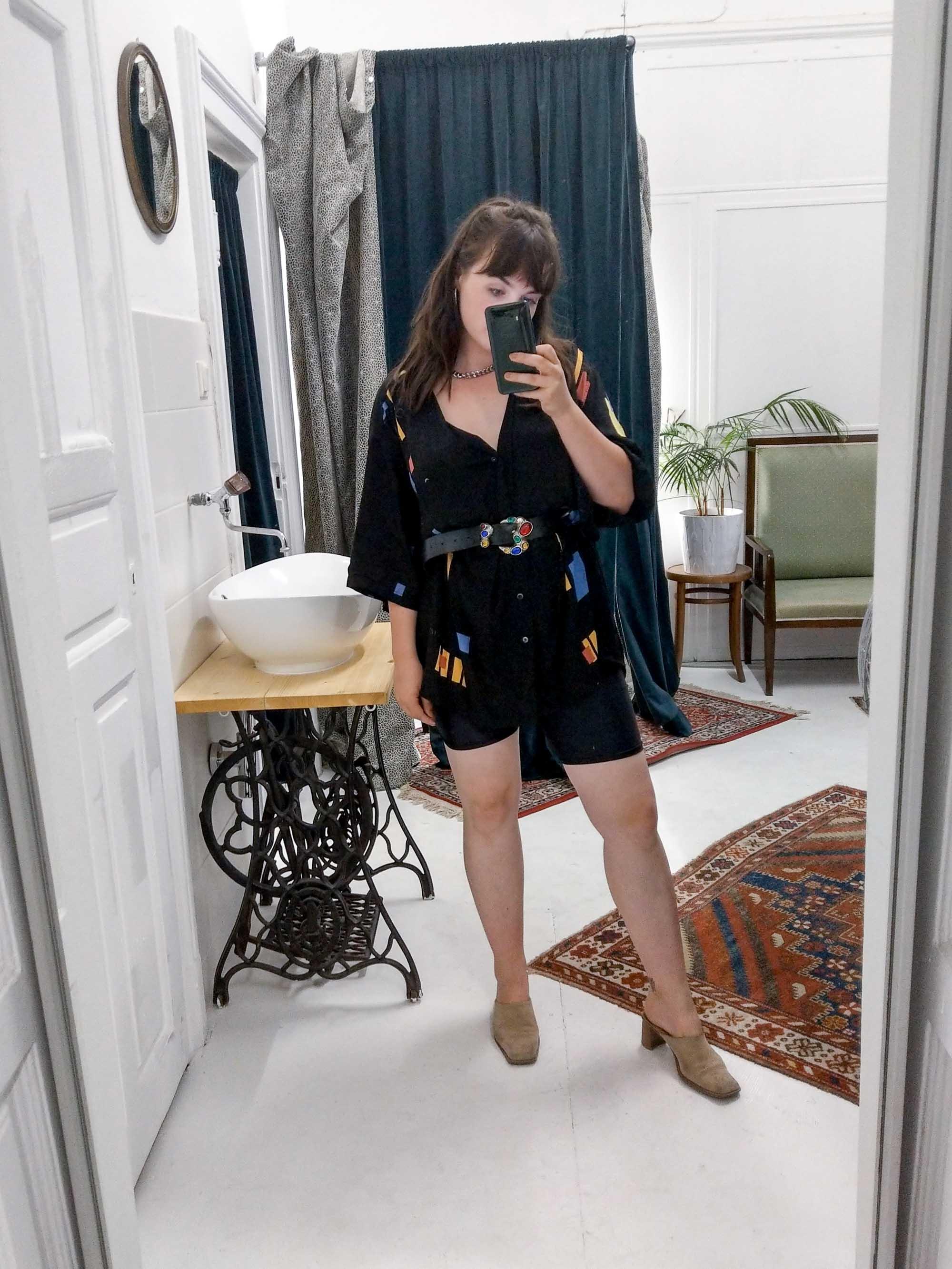 Clarissas Office Looks im Juli – Vintage Outfit Inspiration mit Radlerhose und oversized Hemd