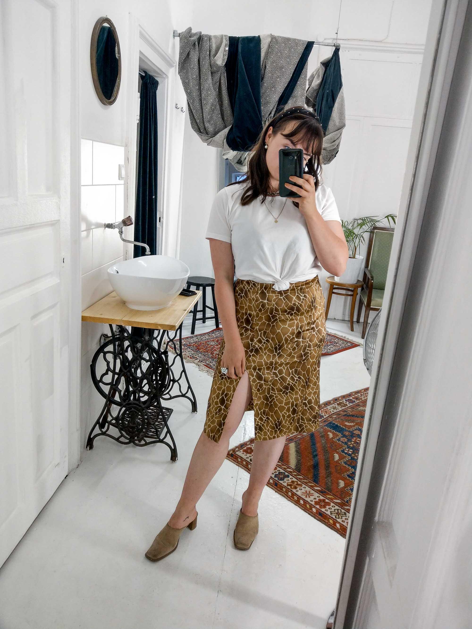 Clarissas Office Looks im Juli – Vintage Outfit Inspiration mit Animal Print Rock und Basic T-Shirt