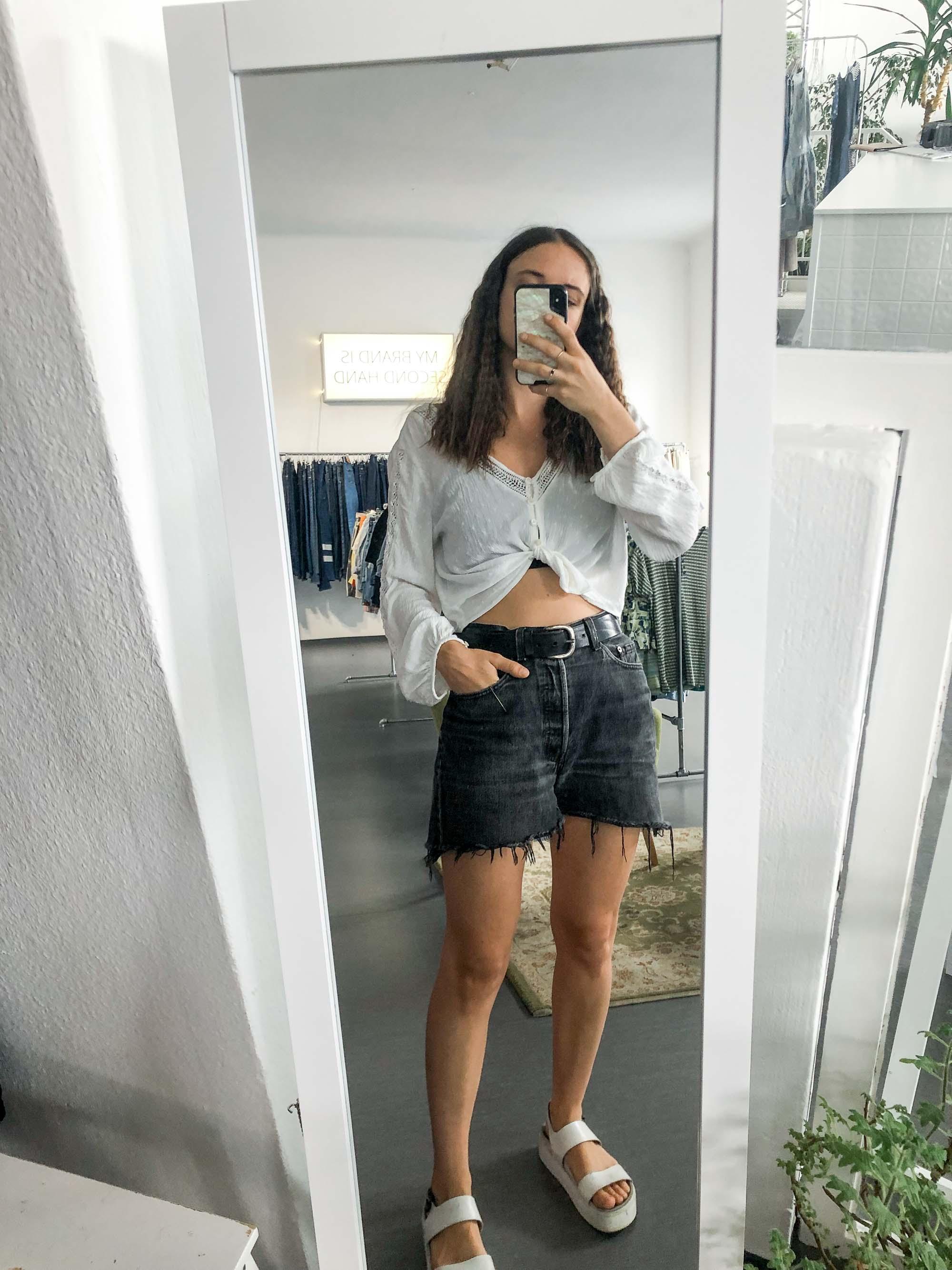 Johannas Office Looks im Juli – Vintage Outfit Inspiration mit Jeansshorts und kurzer Bluse