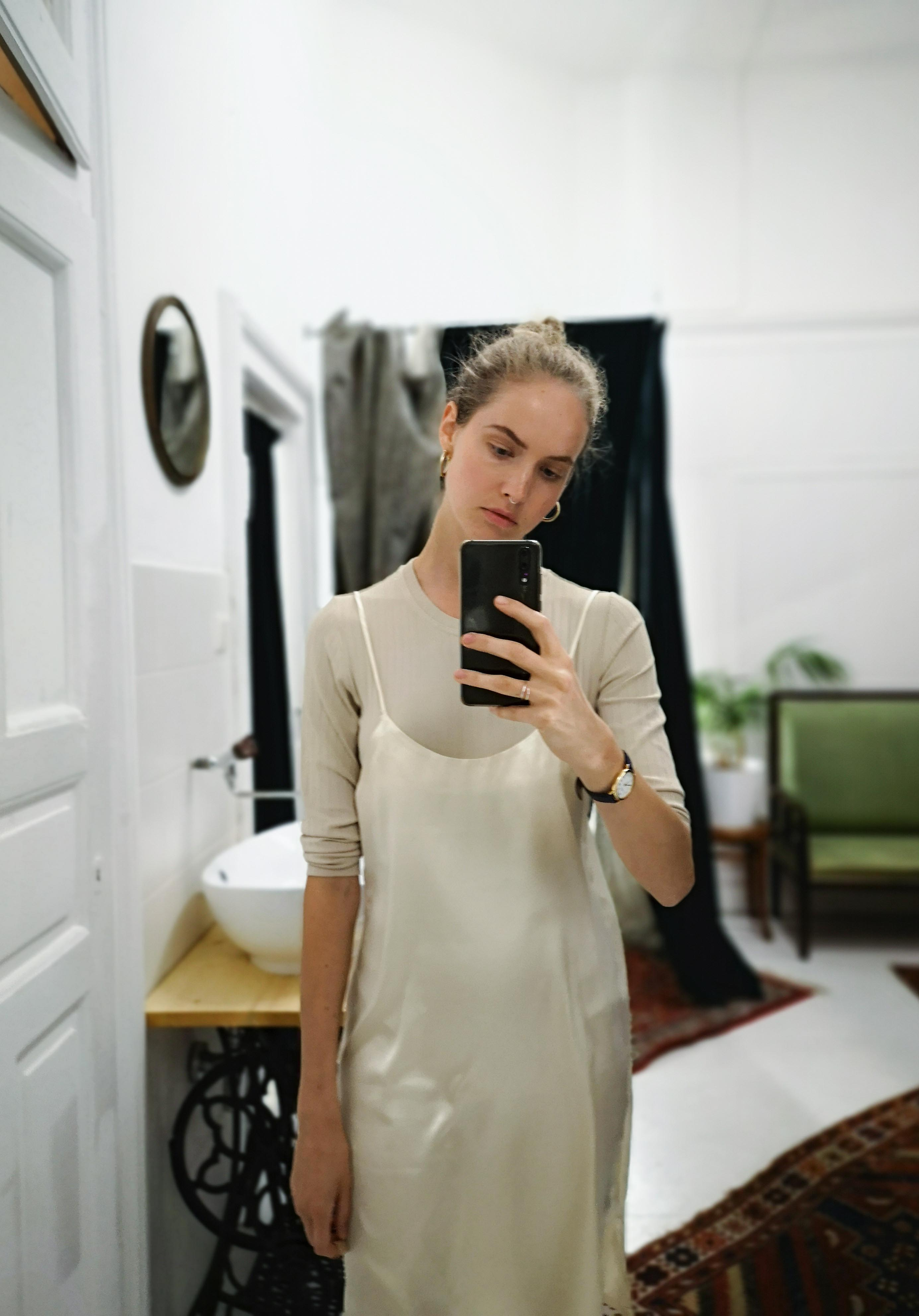 Marias Office Looks im Juli – Vintage Outfit Inspiration mit beigem Slip Dress und T-Shirt