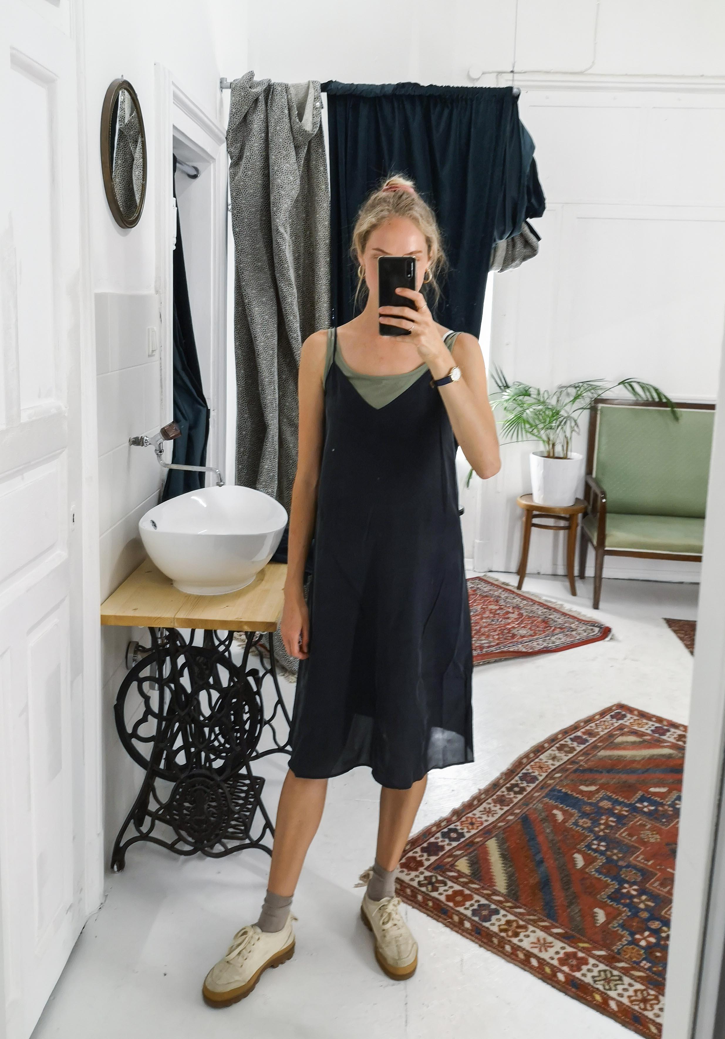Marias Office Looks im Juli – Vintage Outfit Inspiration mit scharzem Seidenkleid