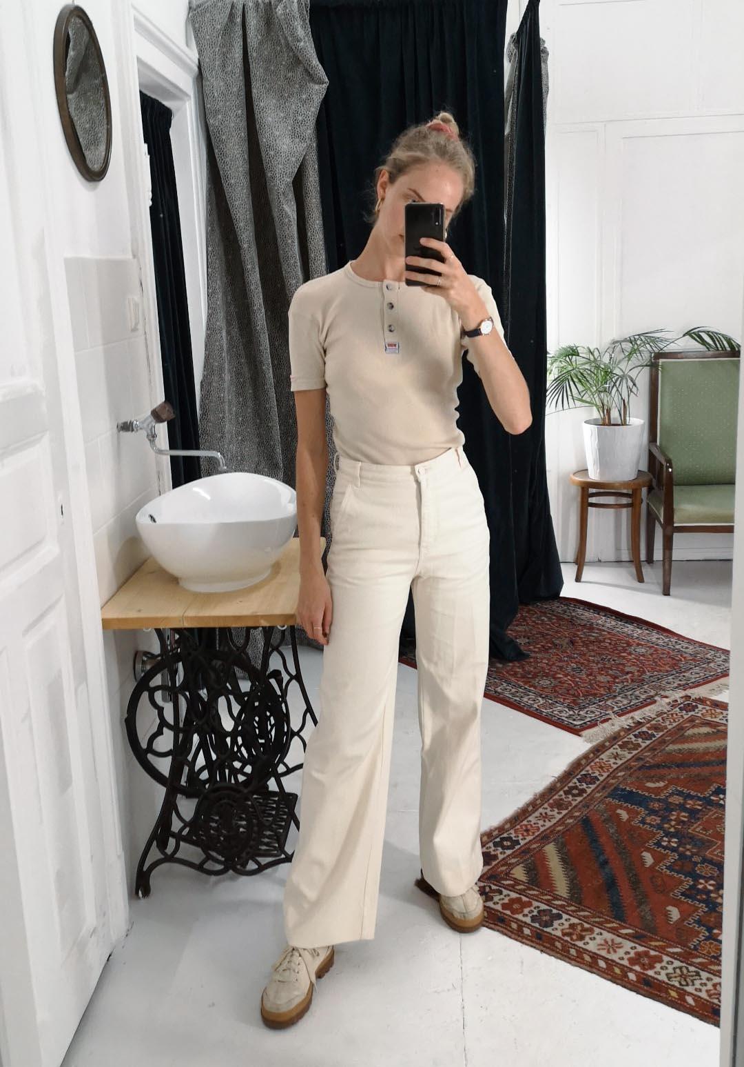 Marias Office Looks im Juli – Vintage Outfit Inspiration mit beiger Hose und beigem T-Shirt