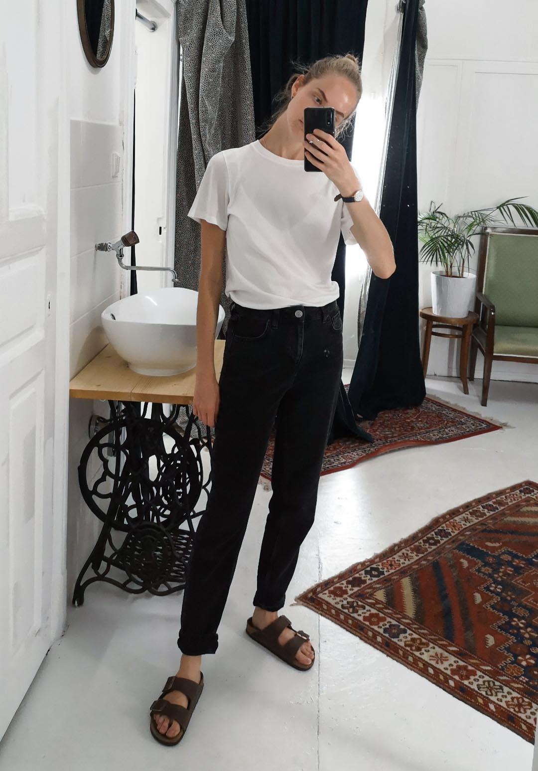 Marias Office Looks im Juli – Vintage Outfit Inspiration mit schwarzen Mom Jeans und weißem T-Shirt