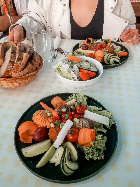 Veganer Aufstrichteller und vegane Brettljause beim Buschenschank Bernhart in Riegersburg
