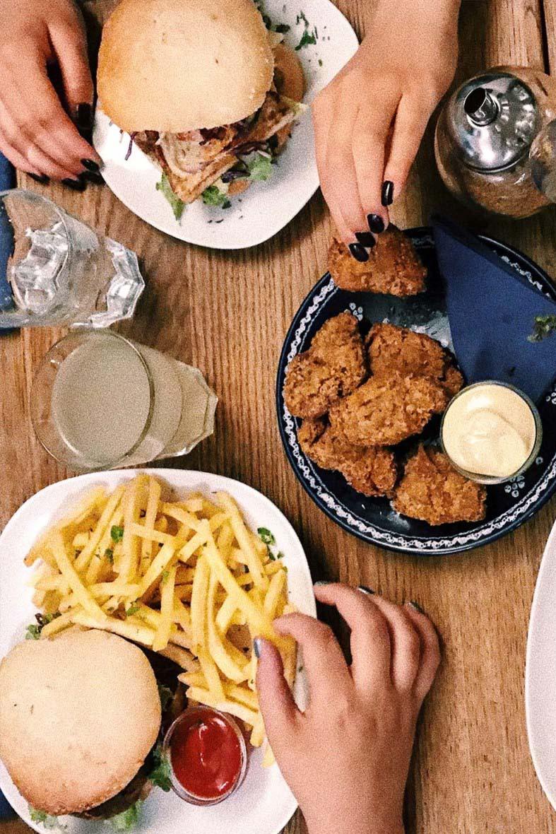 Ein Wochenende in Graz – dein Local Guide. Veganer Burger und Soja Nuggets bei Café Erde